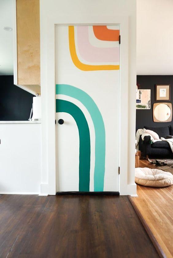 Porta de madeira para sala com parede colorida