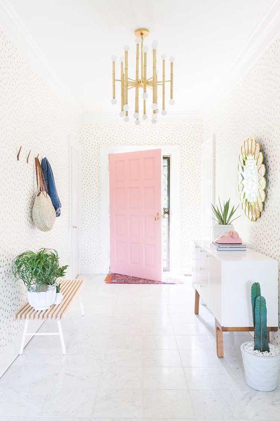 Porta de madeira para sala cor de rosa e branca