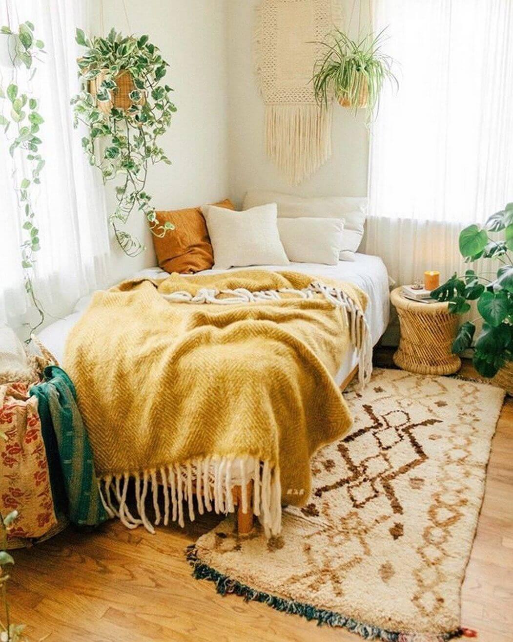 Quarto boho chic com tapete e plantas na decoração