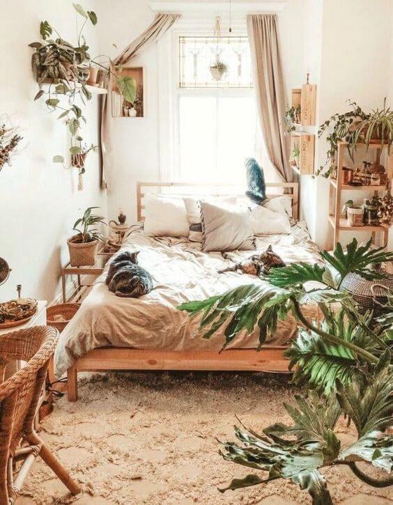 Quarto boho com plantas e móveis de madeira