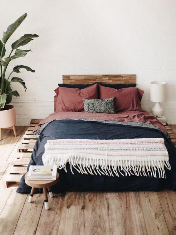 Quarto boho com roupa de cama azul marinho