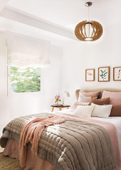 Quarto boho com roupa de cama em tons rosados