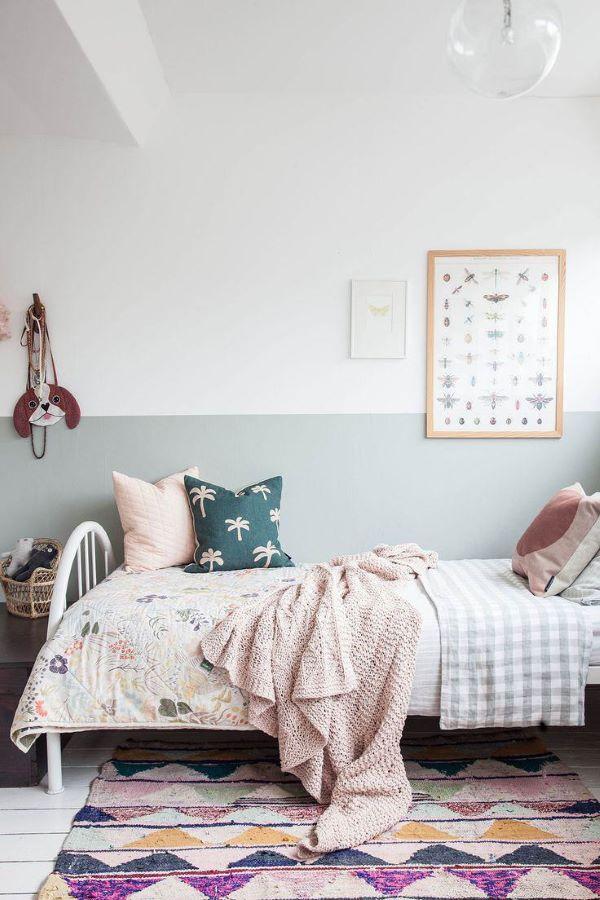 Quarto boho com tapete estampado e colorido