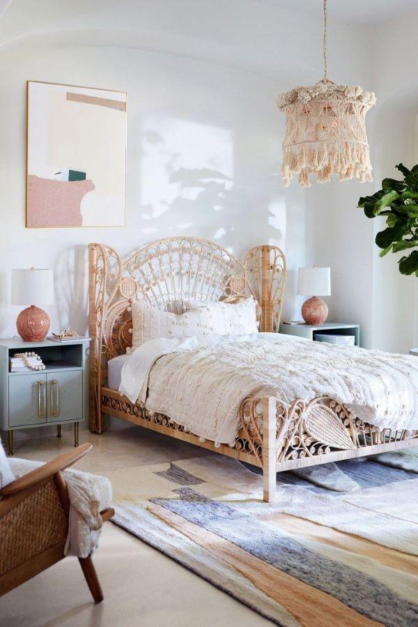 Quarto boho com tapete listrado