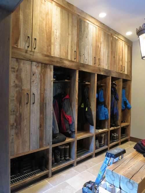 Quarto com guarda roupa rustico de madeira