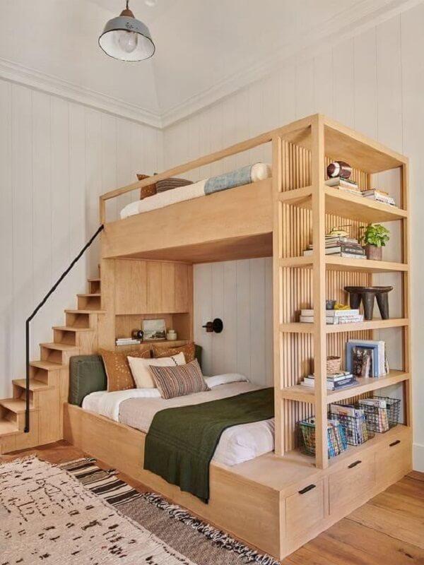 Quarto com móveis marrom feitos de madeira. Fonte: Revista Viva Decora 2