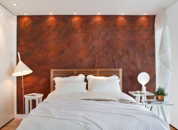 Quarto com papel de parede marrom e roupa de cama branca