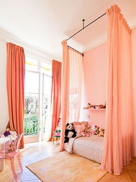 Quarto cor pessego com cortina e parede dessa cor