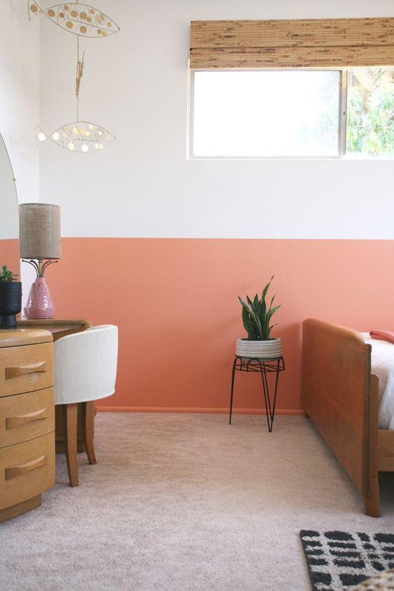 Quarto cor pessego na metade da parede