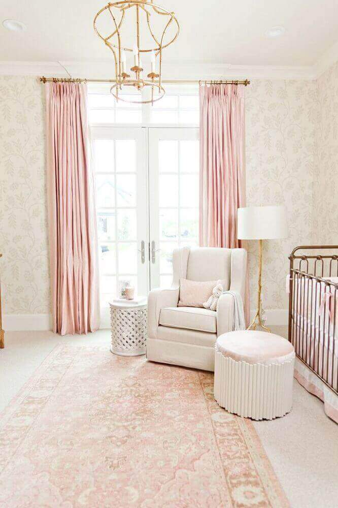 Quarto de bebê com papel de parede e piso bege