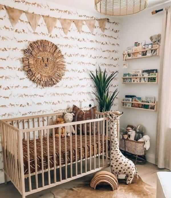 Quarto de bebê marrom com berço de madeira. Fonte: Pinterest