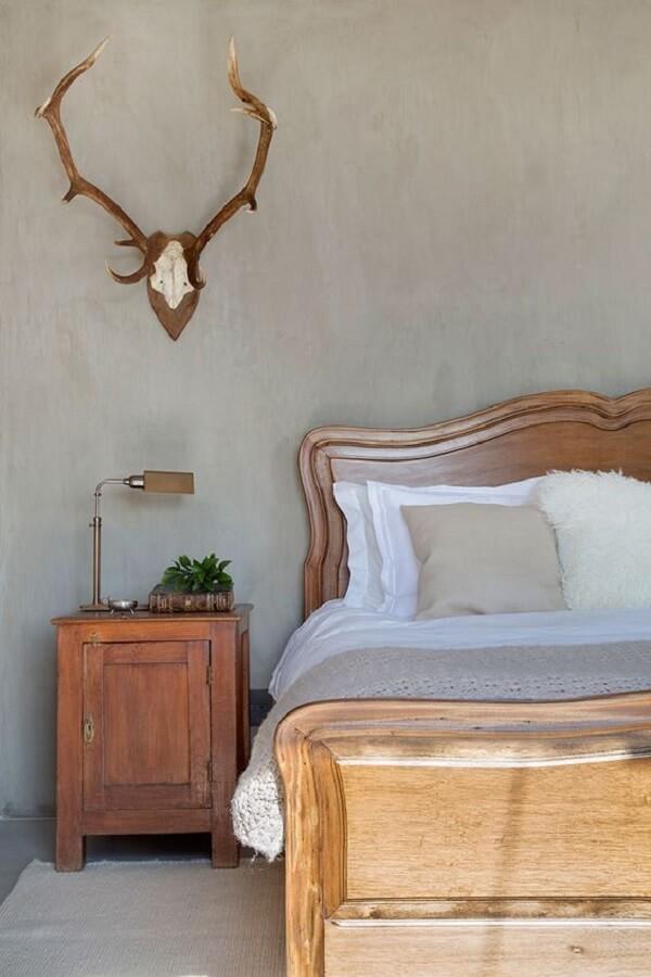 Quarto de casal marrom com cama de madeira clássica e criado mudo vintage. Fonte: Casa de Valentina