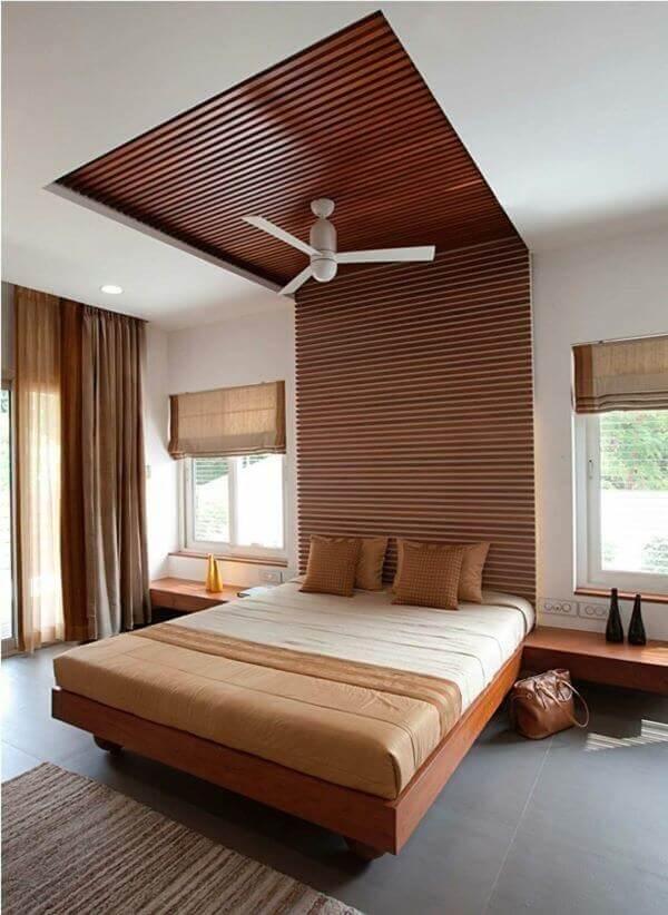 Quarto de casal marrom: a cabeceira de madeira se estende até o teto. Fonte: Dwell
