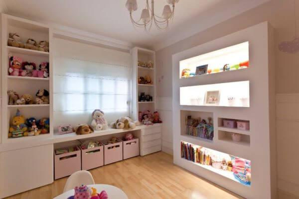 Quarto infantil com estante de gesso para guardar brinquedos
