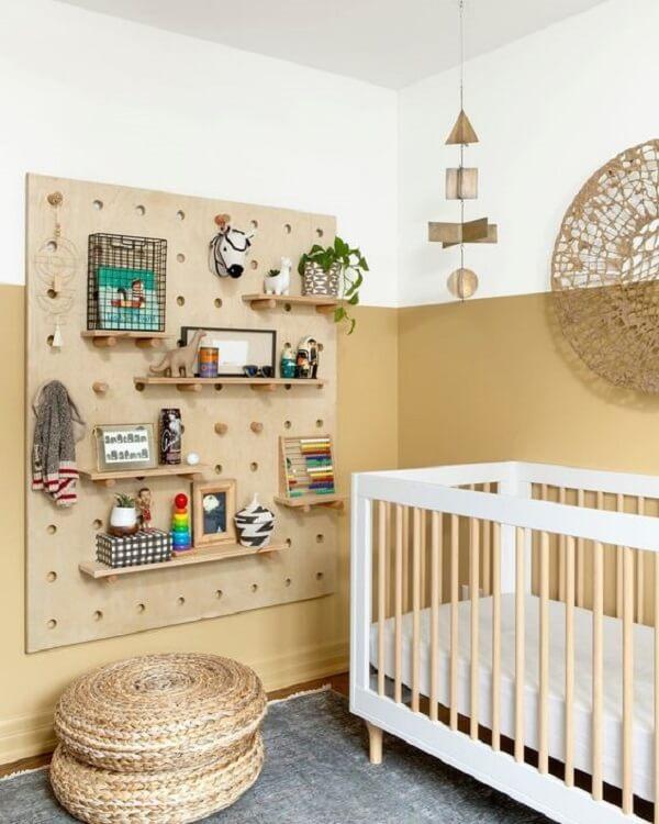 Quarto marrom claro com quadro pegboard que facilita a organização de brinquedos. Fonte: Pinterest