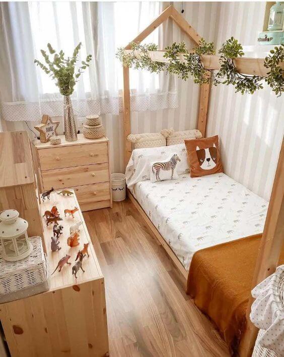 Quarto marrom com móveis e piso de madeira. Fonte: Pinterest