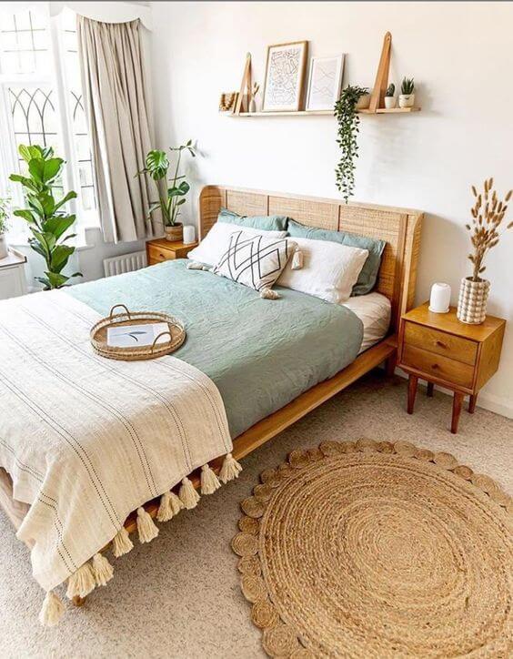Quarto marrom e bege com piso laminado e tapete estampado. Fonte: Frames e Matted
