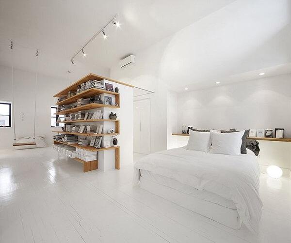 Quarto marrom e branco: a estante sob medida se destaca no cômodo. Fonte: Revista Viva Decora 2