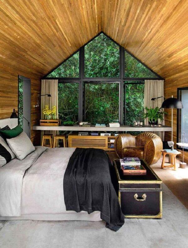 Quarto marrom: ambiente revestido de madeira e poltrona de couro. Fonte: Revista Viva Decora