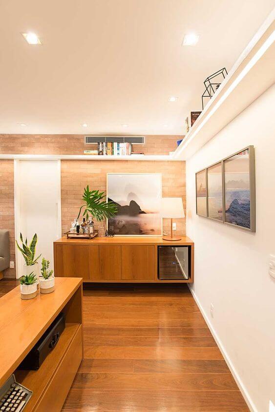 Rack rustica de madeira na sala de estar moderna