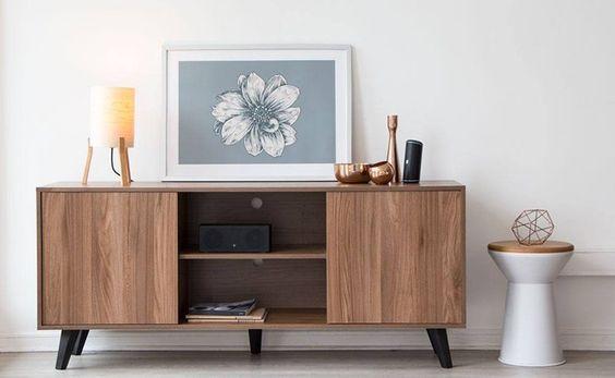 Rack rustica de madeira para sala com decoração de quadros