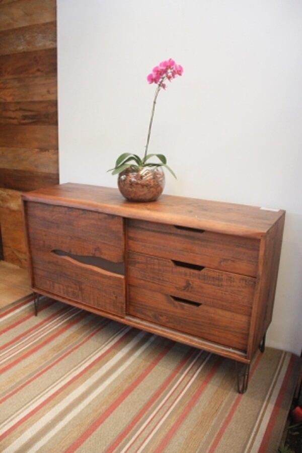 Rack rustico de madeira com tapete listrado