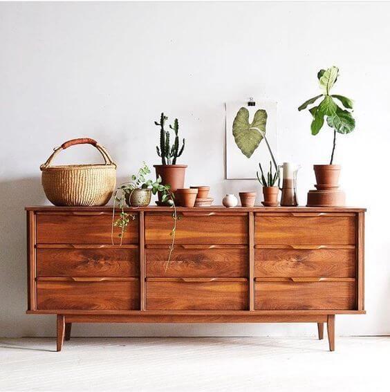 Rack rustico de madeira com vaso de plantas