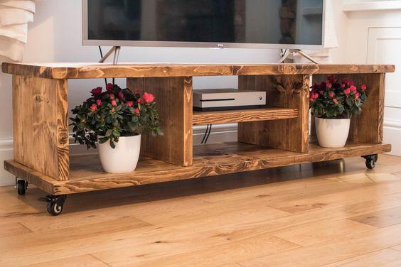 Rack rustico de madeira para TV na sala de estar