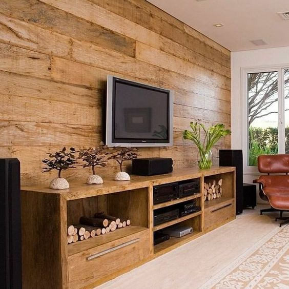 Rack rustico na sala de estar com painel de madeira