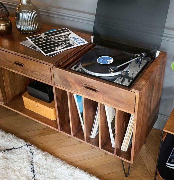 Rack rustico na sala de estar retrô