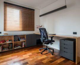 Reserve um espaço embaixo da bancada de estudos para acomodar um gaveteiro preto. Projeto de INÁ Arquitetura