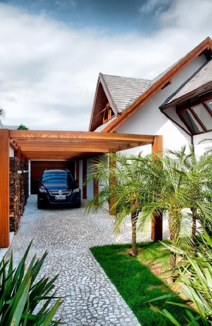 Residência charmosa com cobertura de madeira para garagem. Fonte: Archdesign Studio