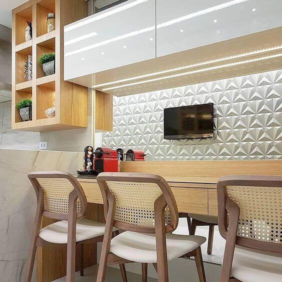 Revestimento 3D para cozinha branca com banquetas de madeira