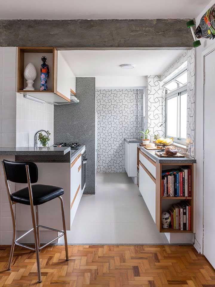 Revestimento de granito cinza para cozinha pequena com lavanderia