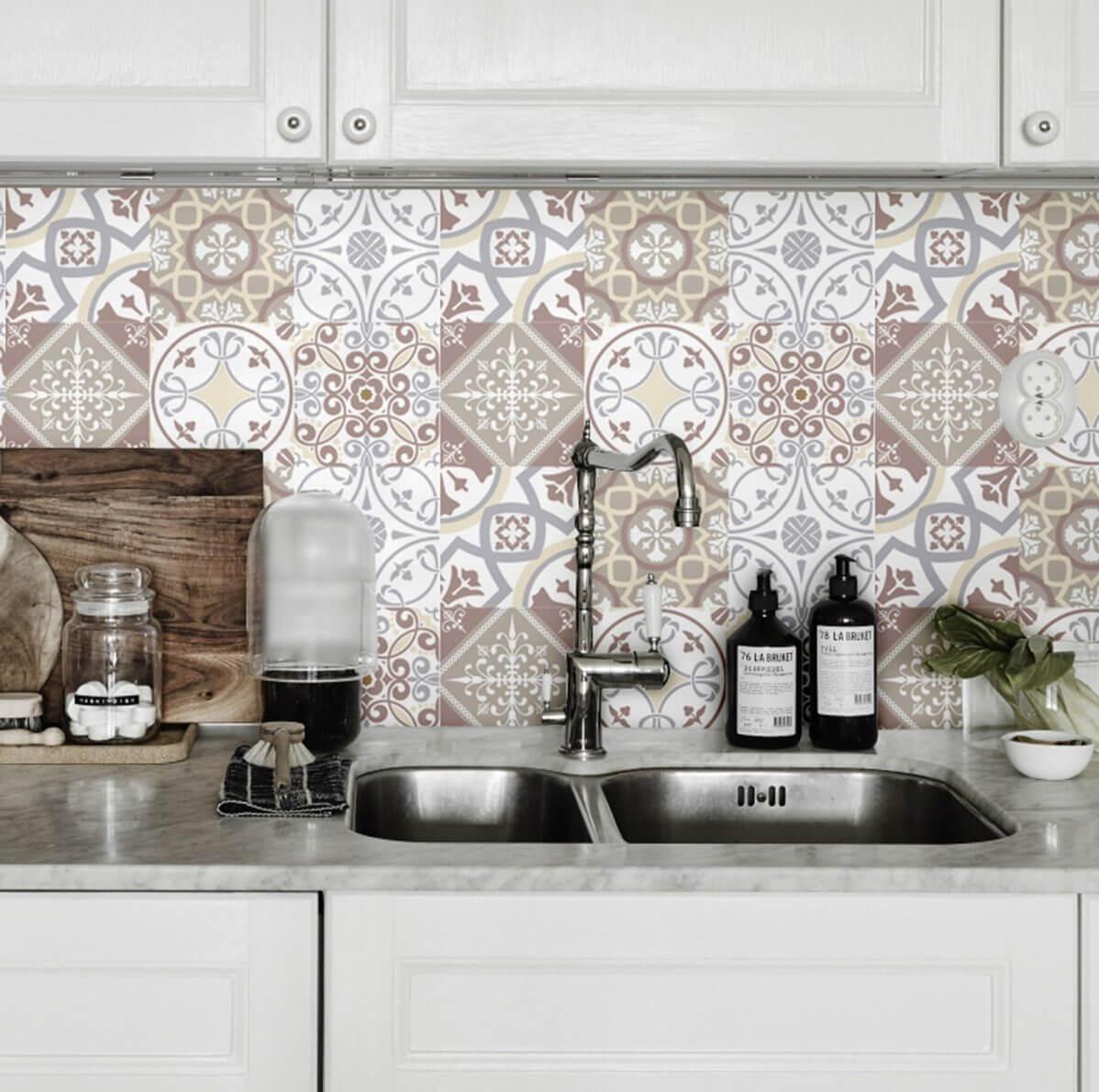Revestimento em tons de marrom na cozinha moderna
