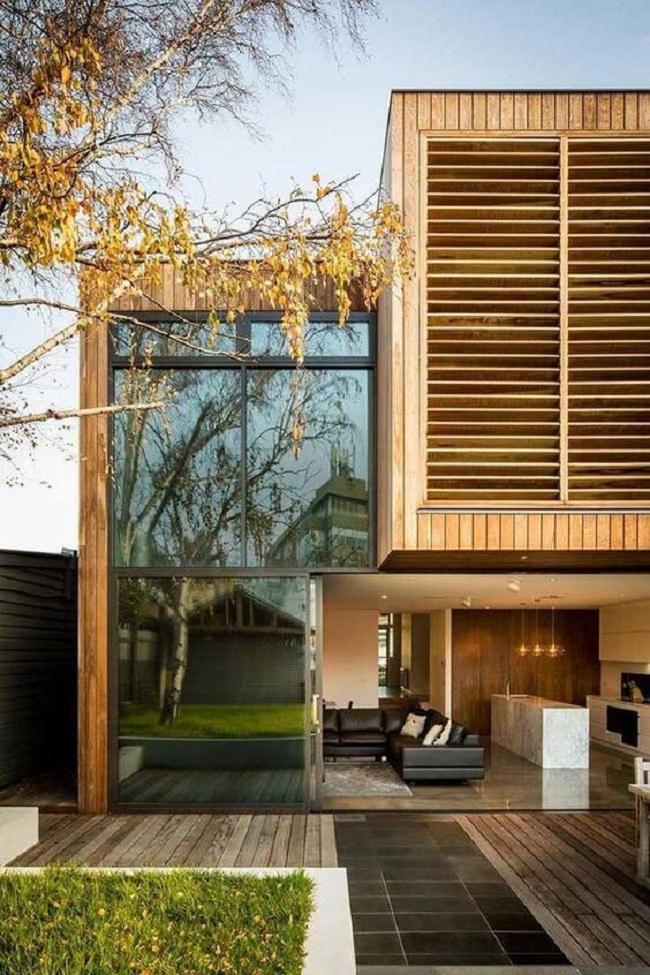 Revestimento externo de parede feito com madeira. Fonte: Arkpad