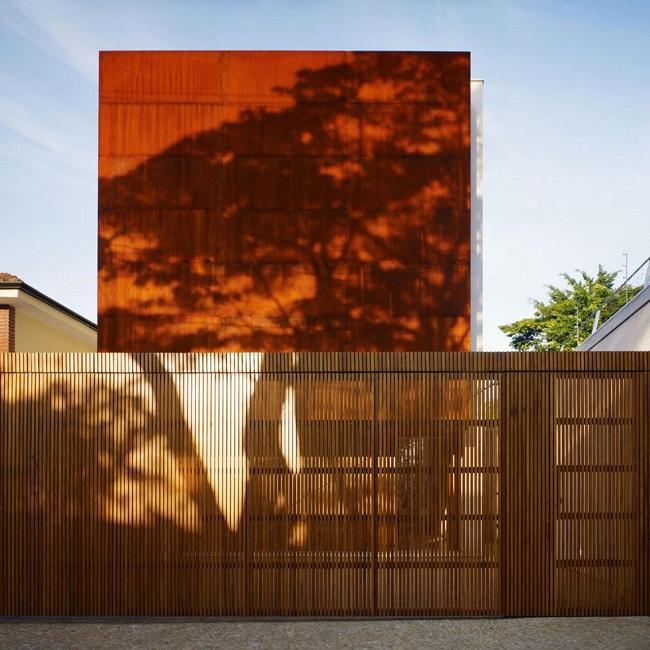 Revestimento para muro externo em madeira. Projeto de Studio MK27