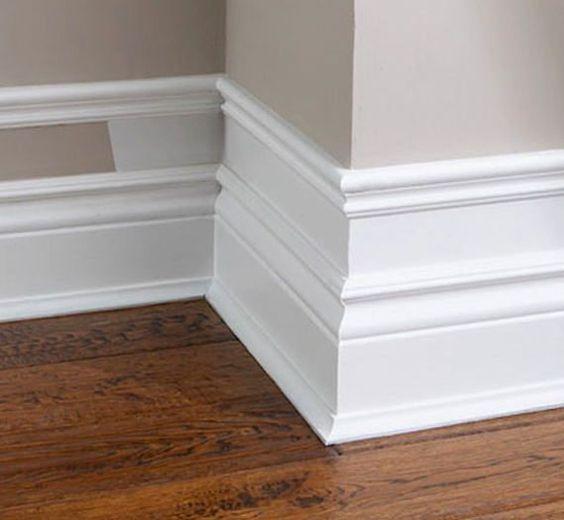 Rodape de gesso na casa moderna com piso de madeira