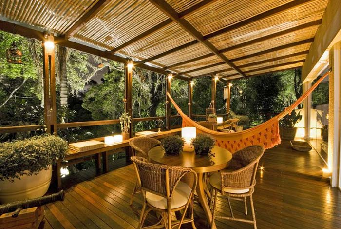 Sacada de madeira com iluminação romântica