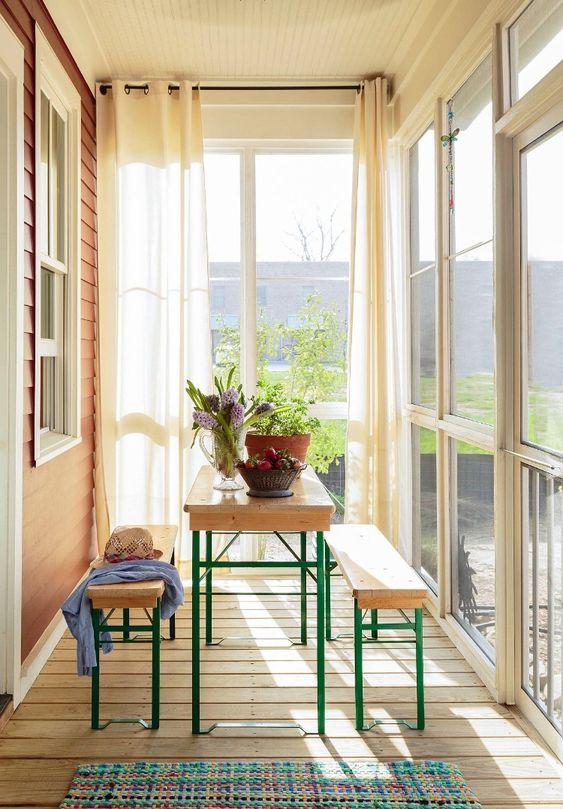 Sacada de madeira com janelas de vidro