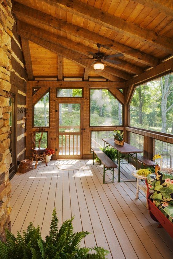 Sacada de madeira com jardim e móveis de madeira