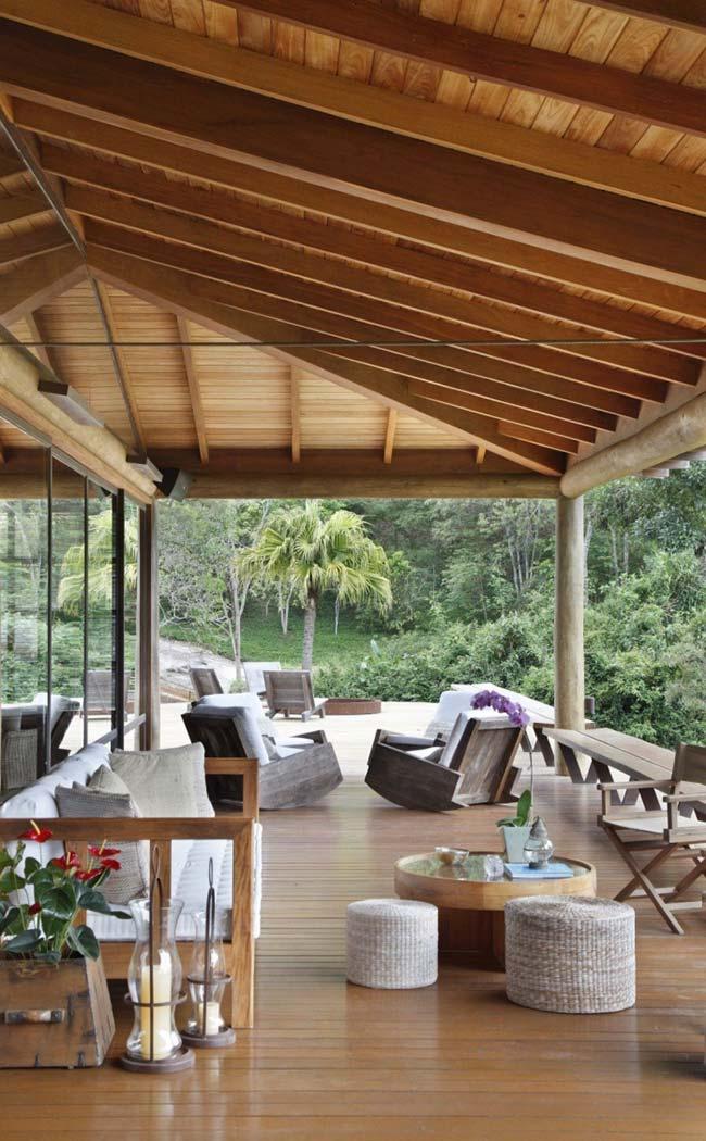 Sacada de madeira com móveis combinando