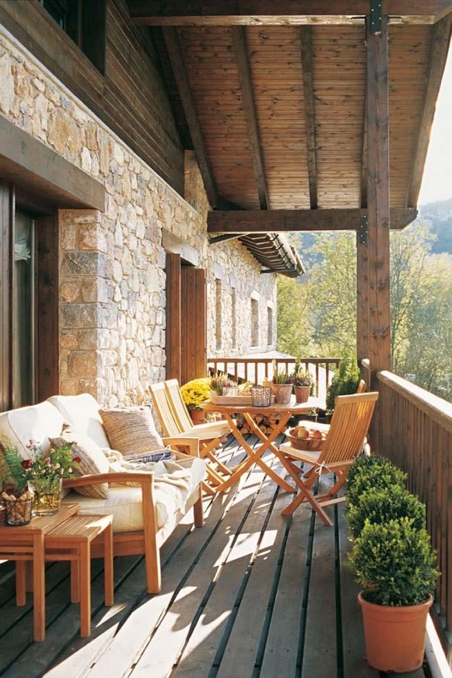 Sacada de madeira com móveis rústicos e confortáveis
