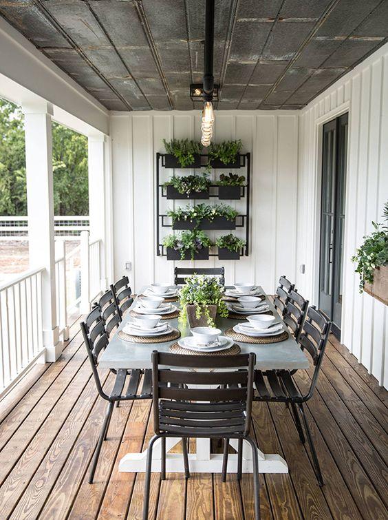 Sacada de madeira com mesa de jantar