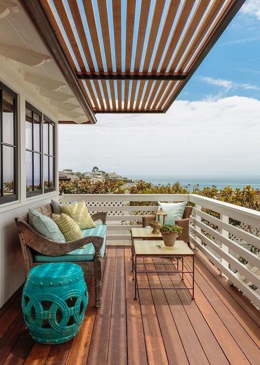 Sacada de madeira para casa de praia e móveis rústicos