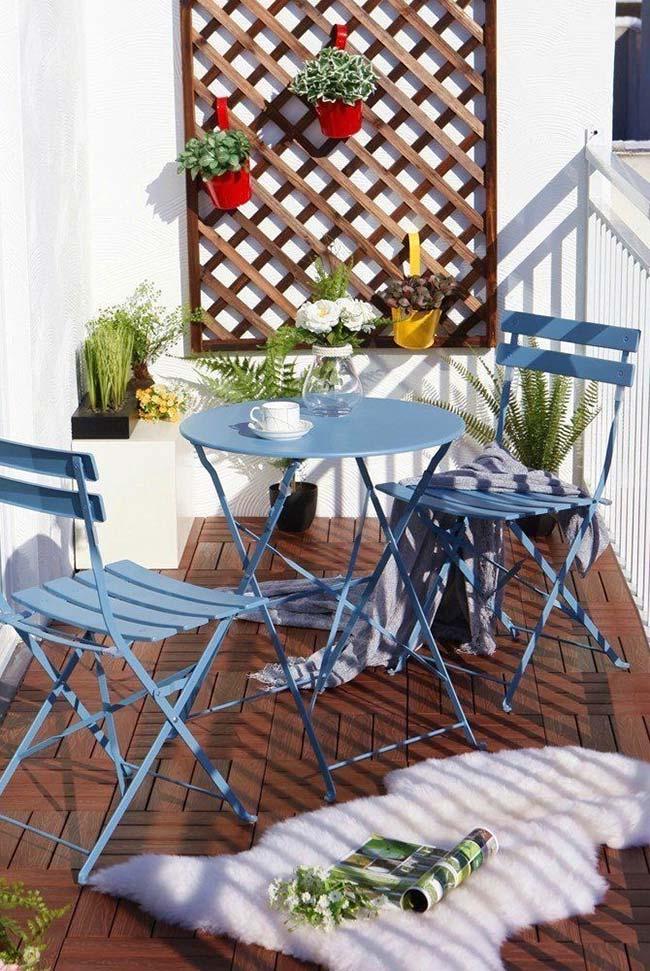 Sacada de madeira pequena com móveis dobráveis em azul