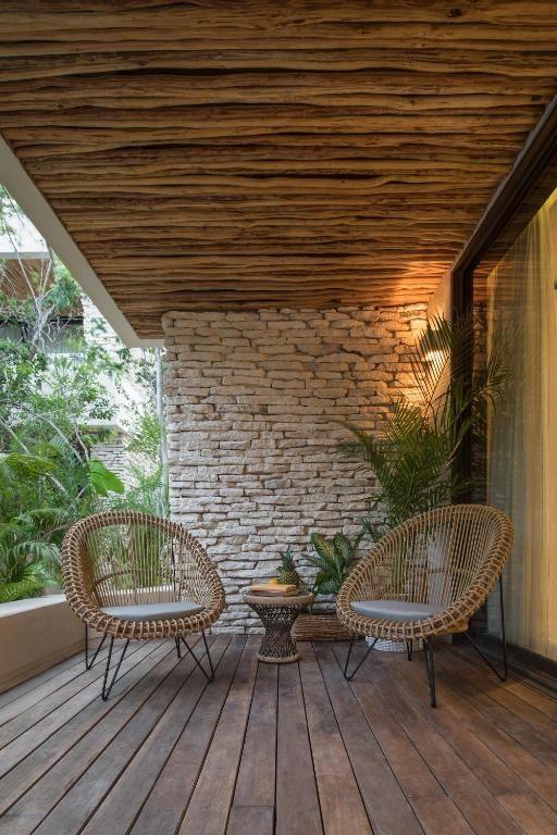 Sacada de madeira com móveis rústicos e jardim vertical