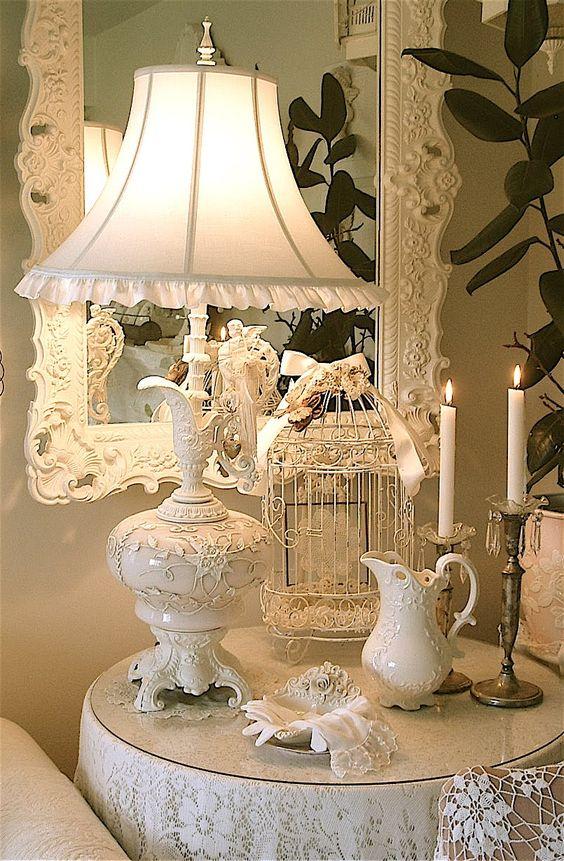 Sala branca com abajur antigo