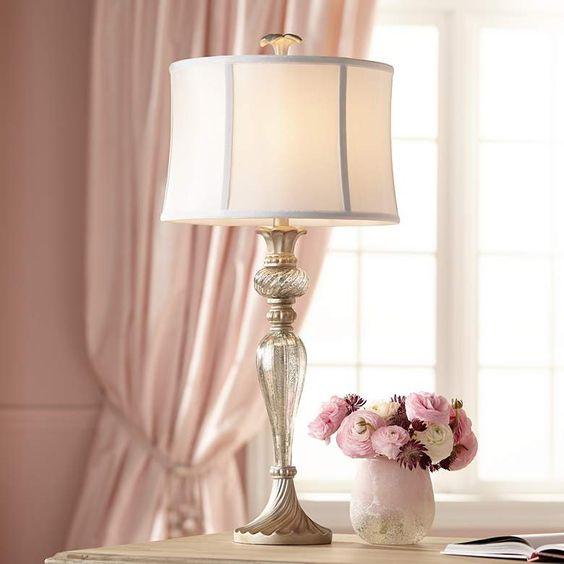Sala clássica branca e rosa com abajur antigo