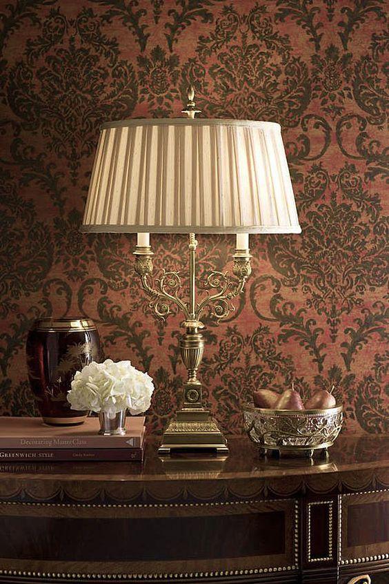 Sala clássica com abajur antigo na decoração